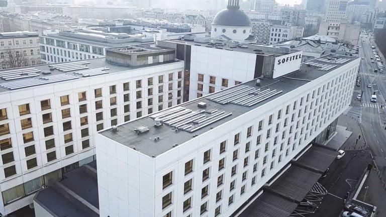 Instalacja fotowoltaiczna na dachu hotelu Sofitel