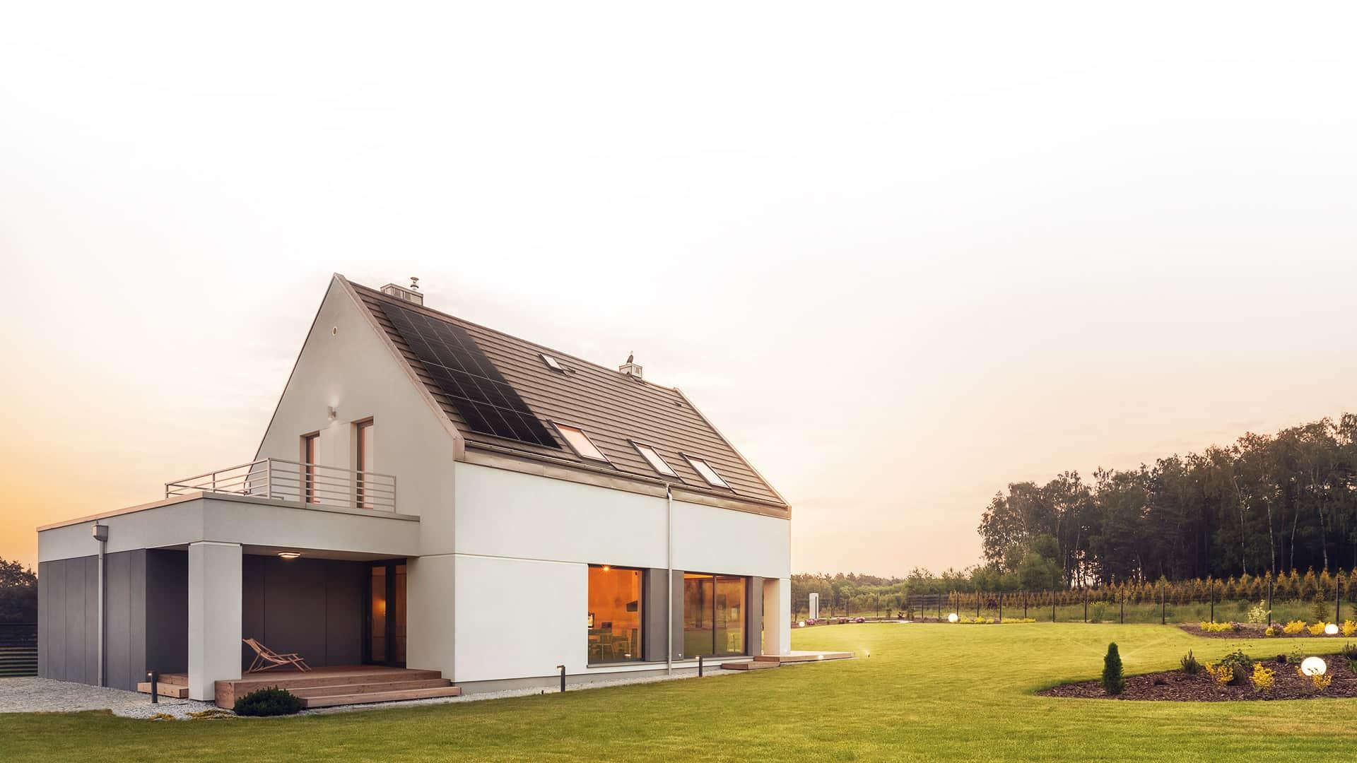 Dom z instalacją fotowoltaiki na dachu